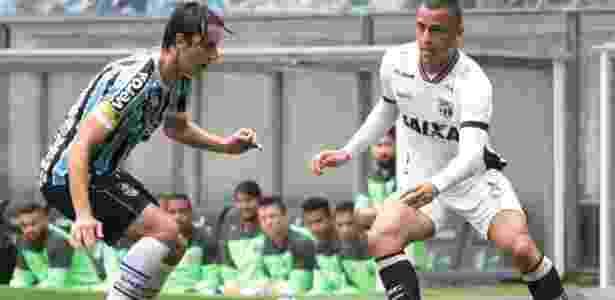 Pedro Geromel, do Grêmio, disputa bola com Arthur Cabral, do Ceará - Lucas Sabino/AGIF - Lucas Sabino/AGIF
