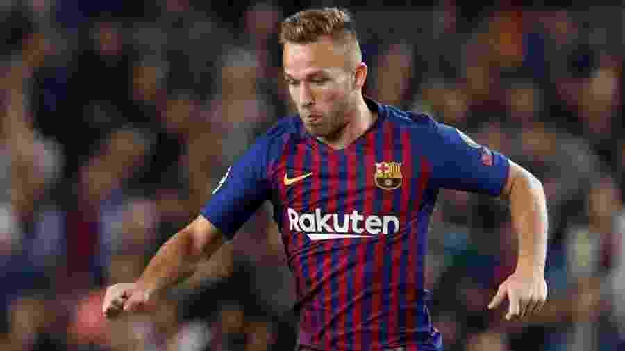 O meio-campista brasileiro Arthur em ação no jogo entre Barcelona e Inter de Milão - REUTERS/Albert Gea