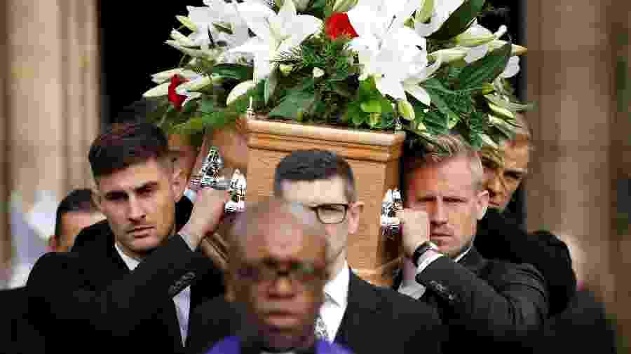 Funeral de Gordon Banks teve goleiros, como Schmeichel, carregando o caixão nesta segunda-feira - Phil Noble/Reuters