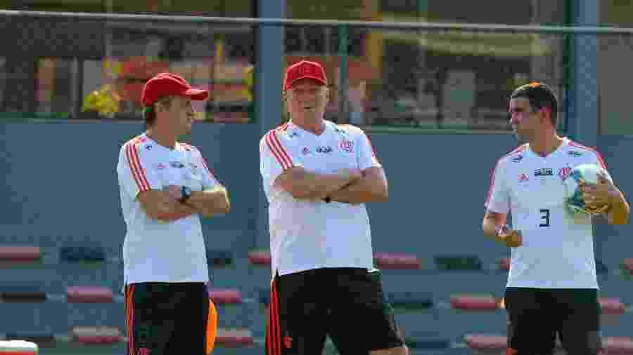 Abel Braga e seus auxiliares durante um treinamento do Flamengo: objetivo claro nos bastidores - Alexandre Vidal / Site oficial do Flamengo