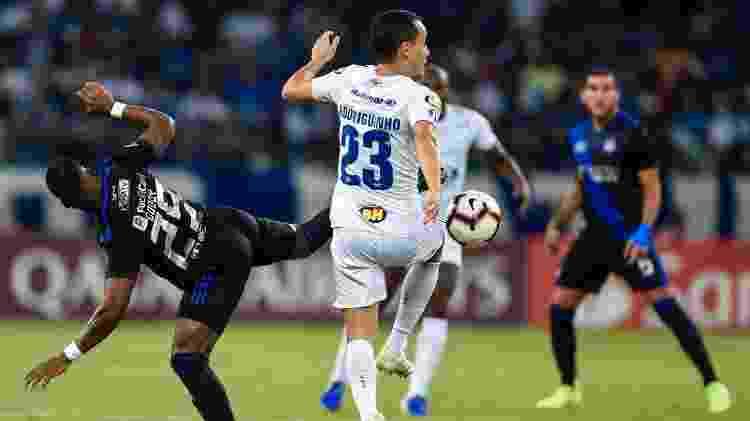 Rodriguinho disputa bola com Wilmer Godoy na partida entre Cruzeiro e Emelec pela Libertadores - Douglas Magno/AFP - Douglas Magno/AFP