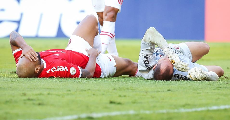 Rodrigo Moledo e Marcelo Lomba ficam caídos após choque durante a partida entre Internacional e CSA pelo Campeonato Brasileiro