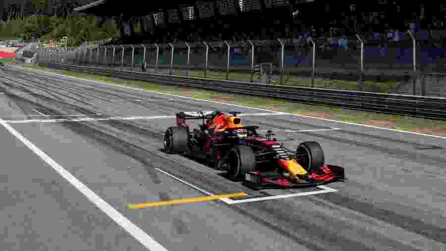 Verstappen cruza linha de chegada em GP da Áustria - CHRISTIAN BRUNA / POOL / AFP
