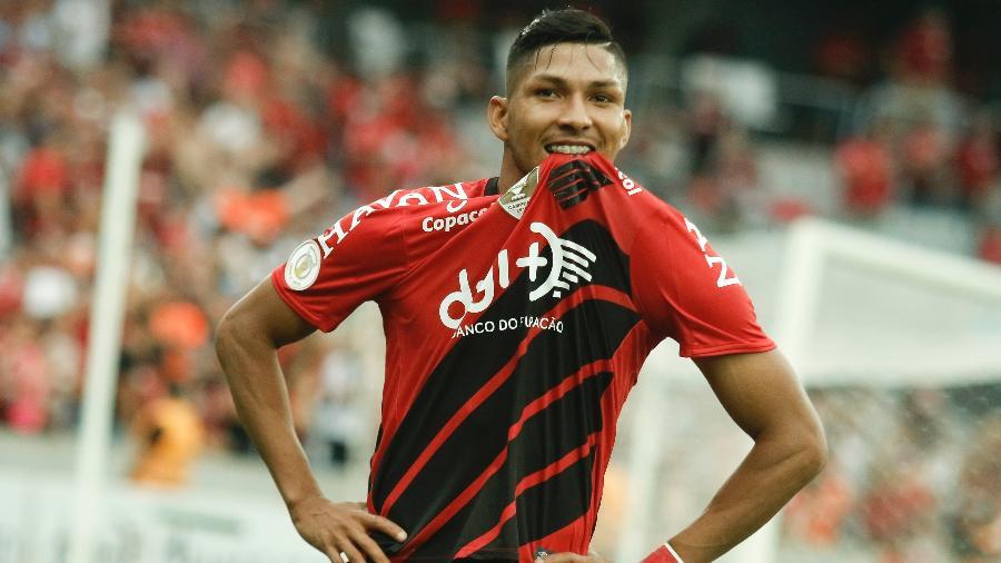 Rony comemora após marcar pelo Athletico Paranaense sobre o Goiás - Gabriel Machado/AGIF