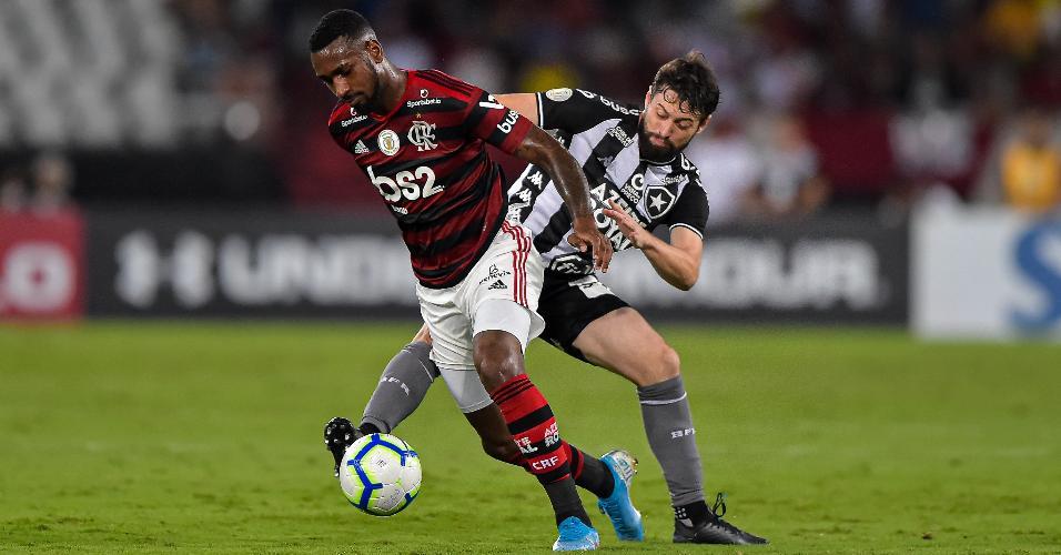 Gerson e João Paulo, durante partida entre Botafogo e Flamengo