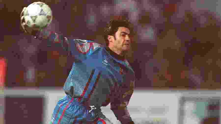 Português Vitor Baía durante passagem pelo Barcelona, em 1997 - Ruediger Fessel/Bongarts/Getty Images