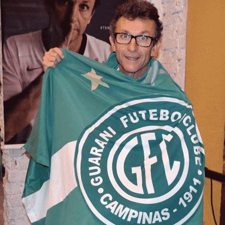 Neto posa com bandeira do Guarani - Reprodução / Instagram