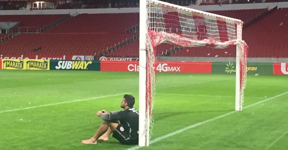 Alisson senta junto à trave em sua despedida do Inter