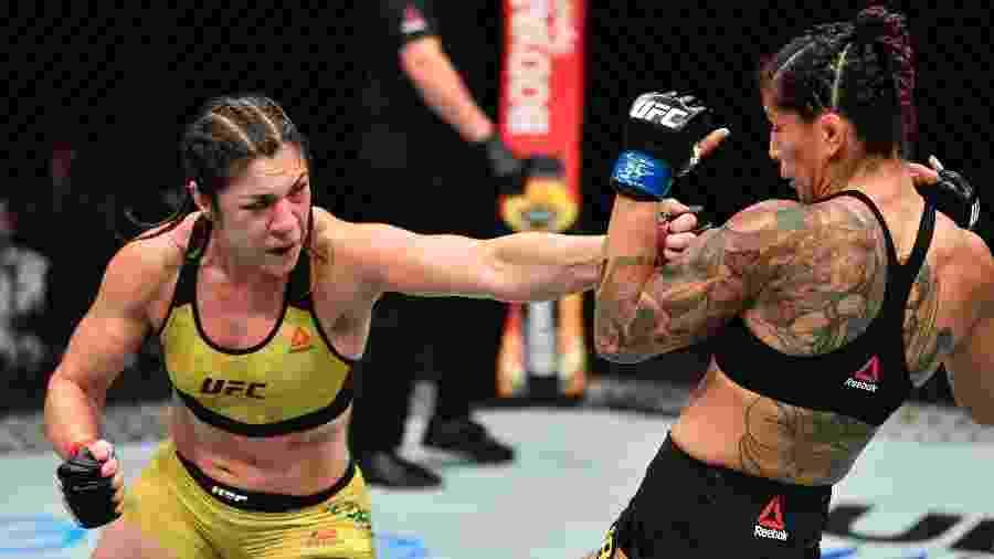 Bethe Correia, do Brasil, acerta soco na iraniana Pannie Kianzad na Ilha da Luta do UFC, em Abu Dhabi - Handout/Zuffa LLC via Getty Images