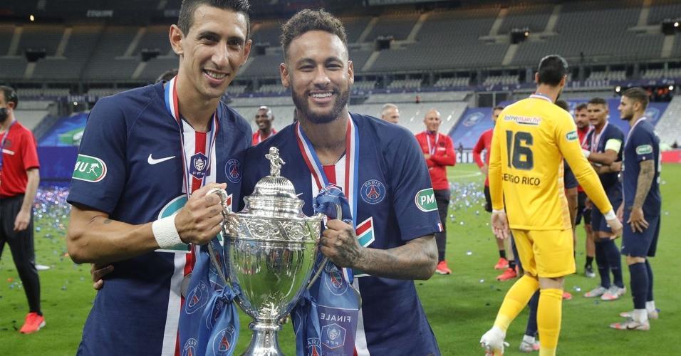 Di María e Neymar com o troféu da Copa da Liga Francesa de 2020