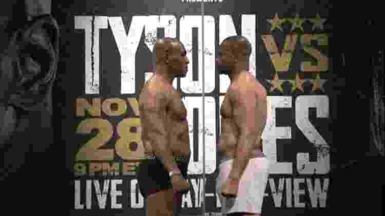 Separados por parede de acrílico, Mike Tyson e Roy Jones fazem encarada antes de luta - Reprodução - Reprodução