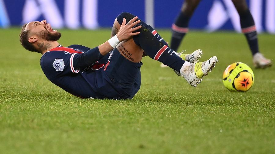 Jogador sofreu entrada dura de Thiago Mendes e deixou o campo chorando na derrota do PSG para o Lyon - FRANCK FIFE / AFP