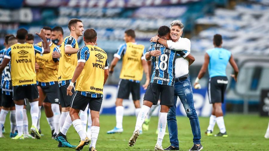 Renato Portaluppi abraça Léo Chu, autor do gol do Grêmio no Gre-Nal 430 - Lucas Uebel/Grêmio FBPA