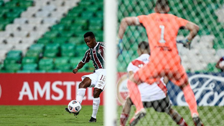 Cazares, meia do Fluminense, em ação contra o River Plate (ARG), na estreia na Libertadores - Lucas Merçon / Fluminense F.C.