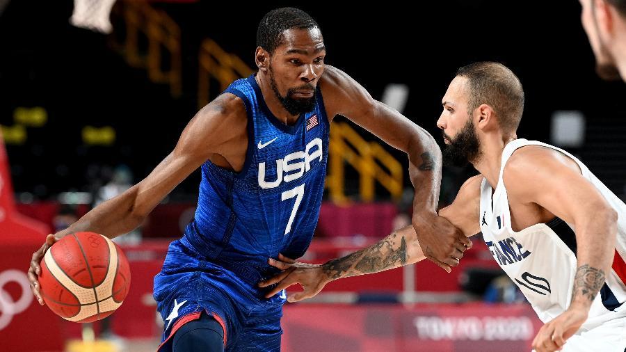 Kevin Durant tenta escapar da marcação de Evan Fournier na partida entre Estados Unidos e França nas Olimpíadas de Tóquio - Bradley Kanaris/Getty Images