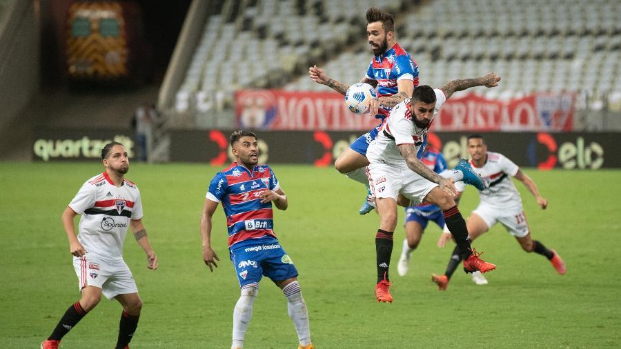 Liziero disputa bola no alto no jogo entre Fortaleza e São Paulo - Kely Pereira/AGIF