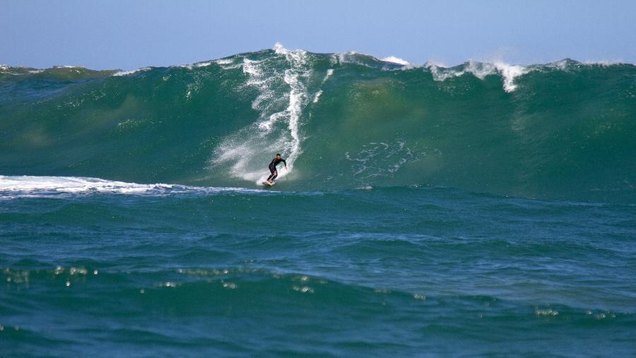 Italo Ferreira surfa a onda da Laje de Jaguaruna (SC), que não estava em suas melhores condições - Douglas Matos/Divulgação