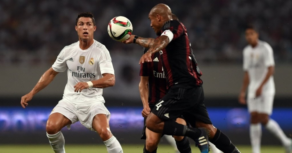 Cristiano Ronaldo disputa jogada com Nigel de Jong em amistoso do Real Madrid contra o Milan, na China