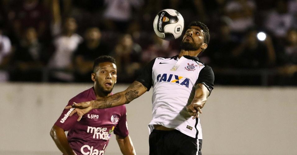 Vilson mata a bola no peito e tenta jogada para o Corinthians contra a Ferroviária, pelo Paulista