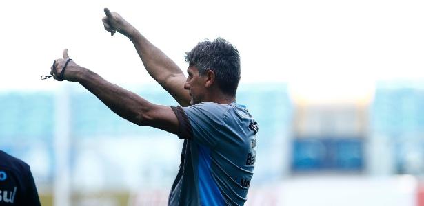 Renato Gaúcho cumprimenta torcedores do Grêmio após treino - Rodrigo Rodrigues/Grêmio