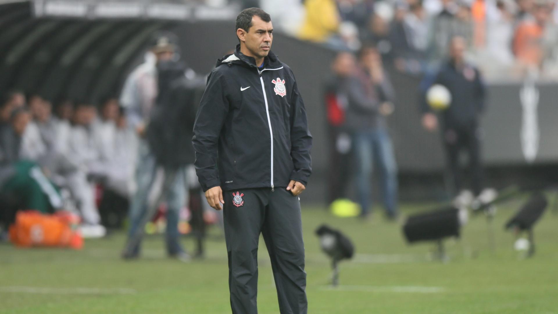 Técnico Fábio Carille observa partida entre Corinthians e Fluminense