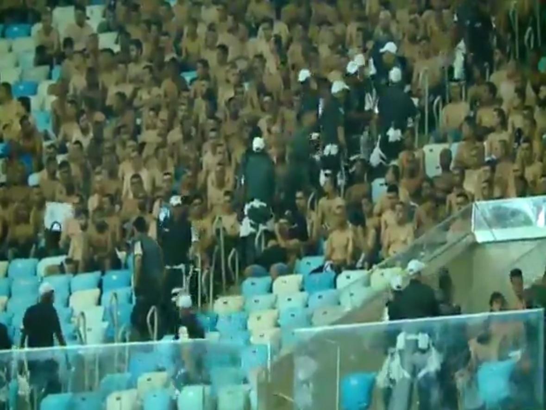 Torcedores do Corinthians são retidos nas arquibancadas do Maracanã