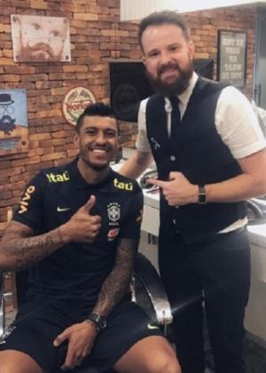 Elias (d) cortou o cabelo de Paulinho antes do 7 x 1 e também nesta segunda (foto)