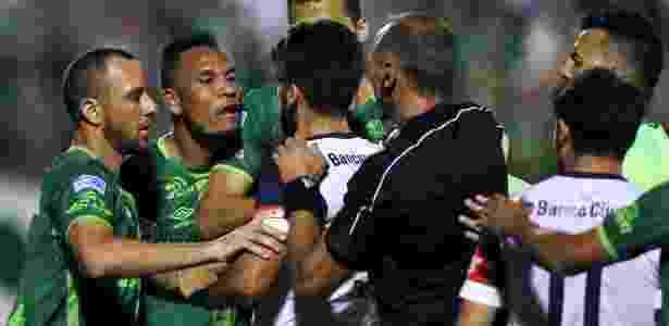 Jogadores de Chapecoense e San Lorenzo discutem com arbitragem na Arena Condá - Paulo Whitaker/Reuters - Paulo Whitaker/Reuters