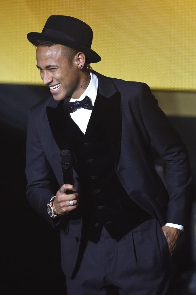 Neymar também já se arriscou com looks ousados, como quando usou um chapéu acompanhando seu terno