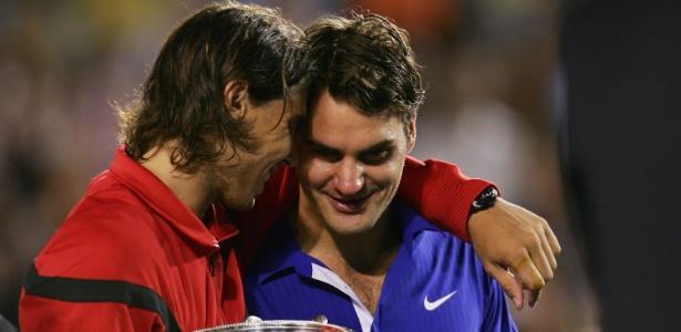 Nadal consola Federer após vencê-lo na final do Aberto da Austrália de 2009
