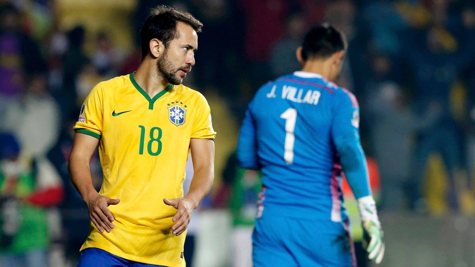 Everton Ribeiro, jogador da seleção brasileira, reage durante partida contra o Paraguai, pela Copa América de 2015