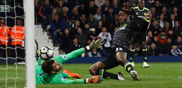 Michy Batshuayi marca para o Chelsea diante do West Bromwich
