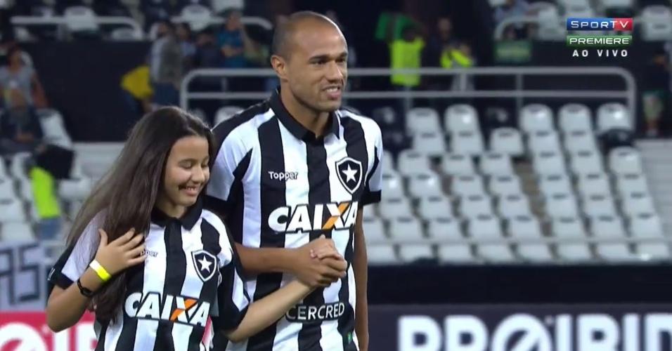 Giulia, filha de Roger, entra em campo com o pai antes do jogo entre Botafogo e Avaí