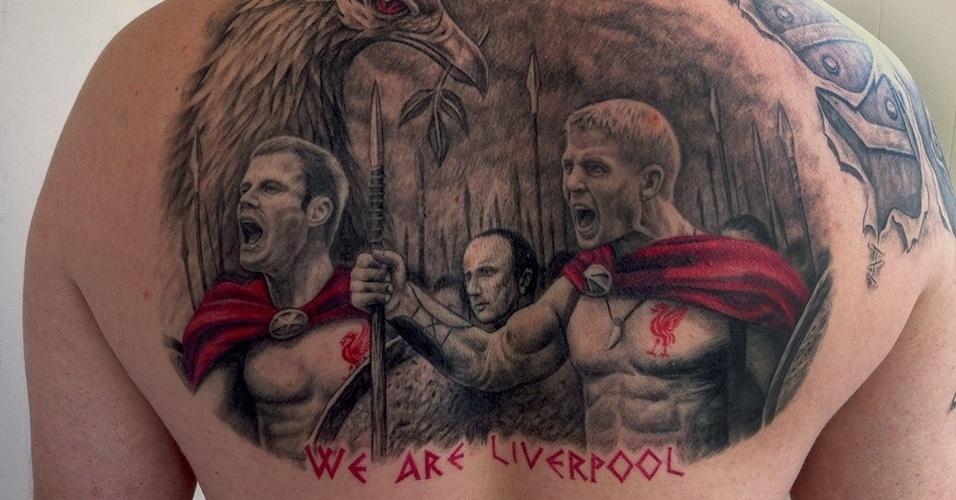 """Os ídolos do Liverpool viraram personagens do filme """"300"""" nesta tatuagem gigante feita nas costas de um torcedor"""