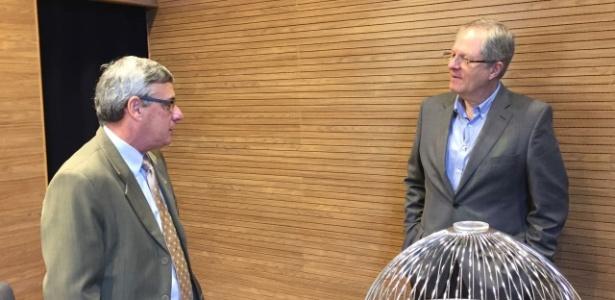Carlos Eduardo Pereira (d) conversa com Coronel Marinho no sorteio da Copa do Brasil - Pedro Ivo Almeida/ UOL