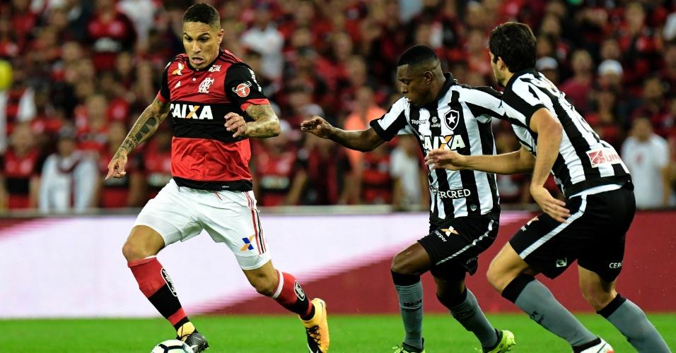 Guerrero, do Flamengo, disputa lance com Marcelo e Igor Rabello, do Botafogo, pela Copa do Brasil