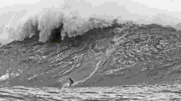"""Felipe """"Gordo"""" Cesarano pega onda gigante na Laje da Besta, na Baía de Guanabara (RJ) - Bidu - Bidu"""