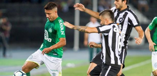 Alan Ruschel em ação contra o Botafogo; jogador é favorito para vaga na lateral - Ide Gomes/Framephoto/Estadão Conteúdo