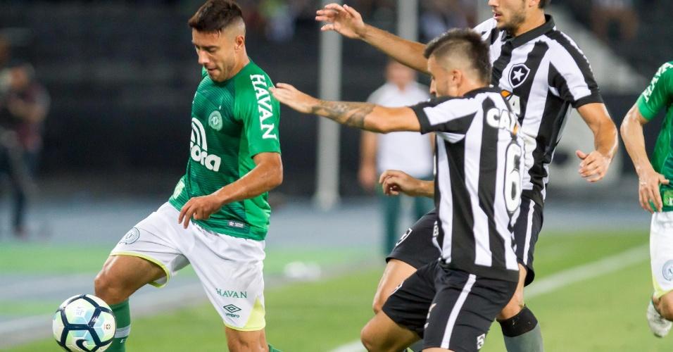 Alan Ruschel encara a marcação do Botafogo