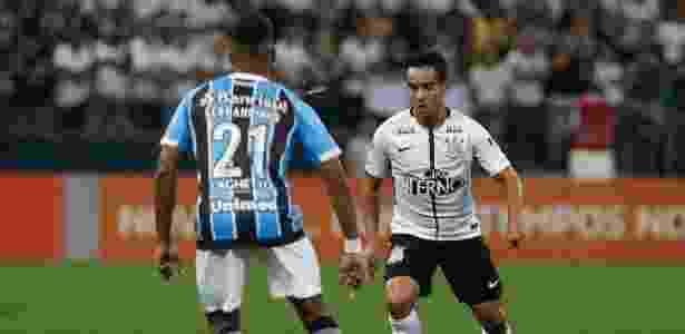 Jadson encara a marcação do gremista Fernandinho: Corinthians sustenta vantagem - Marcello Zambrana/AGIF