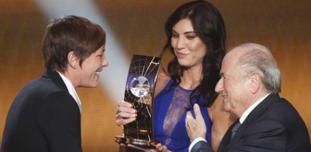 Hope Solo, ao lado de Sepp Blatter, entrega o prêmio de melhor do mundo a Abby Wambach