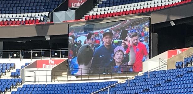 Neymar foi à arquibancada do estádio Parque dos Príncipes para atender aos fãs