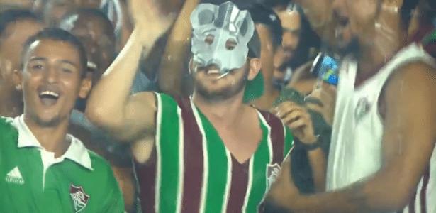 Torcedor do Fluminense usa máscara de rato durante o clássico contra o Vasco - Reprodução/Premiere FC