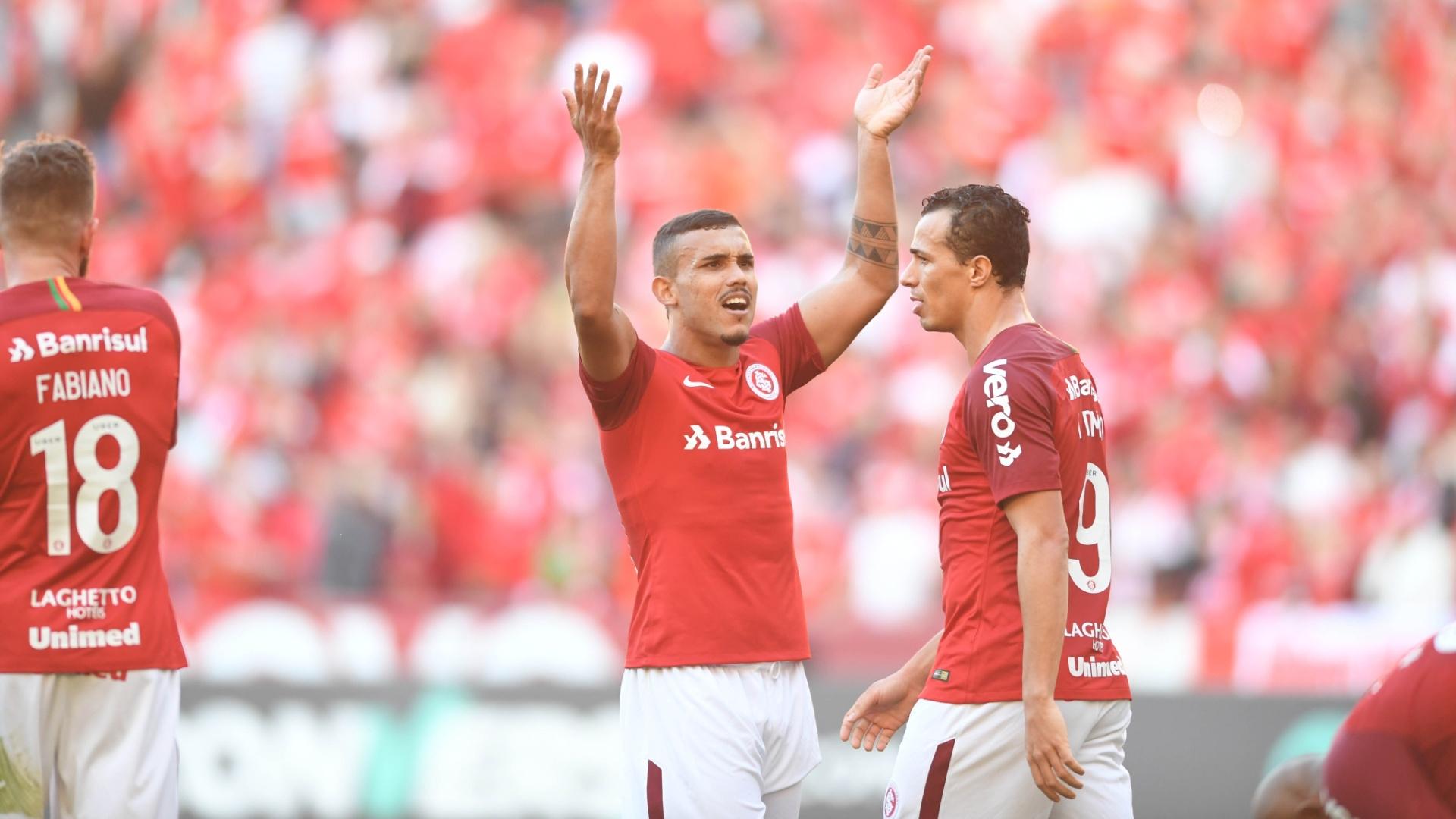 Willian Pottker comemora gol do Internacional diante do Botafogo