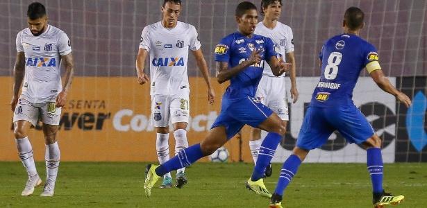 Cruzeiro vence Santos em reestreia de Cuca  VAR é consultado na Vila -  01 08 2018 - UOL Esporte e591c033783bc