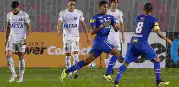 Raniel comemora gol do Cruzeiro diante do Santos na Vila Belmiro - Marcello Zambrana/AGIF