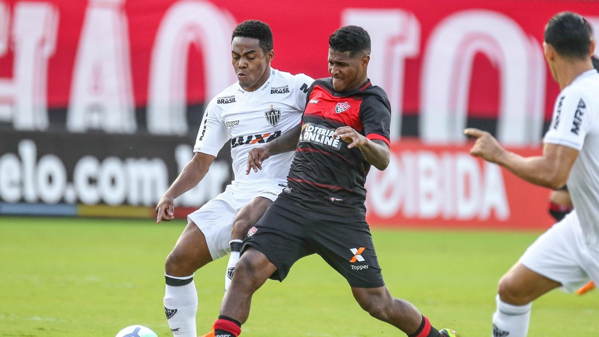Jogadores de Vitória e Atlético-MG disputam a bola em jogo do Brasileiro