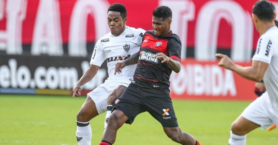 Jogadores de Vitória e Atlético-MG disputam a bola em jogo do Brasileiro 18a3a6b6d16a4