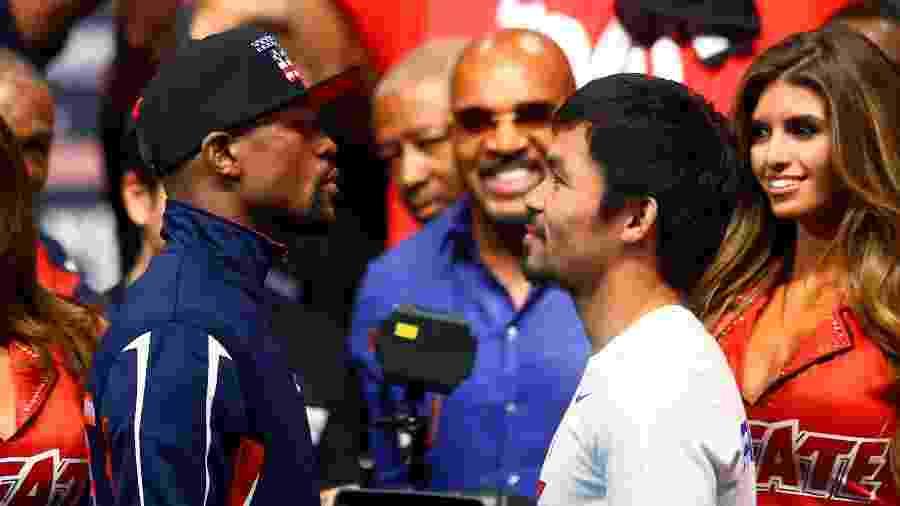 Floyd Mayweather e Manny Pacquiao se encaram durante pesagem em 2015 - Mark J. Rebilas-USA TODAY Sports