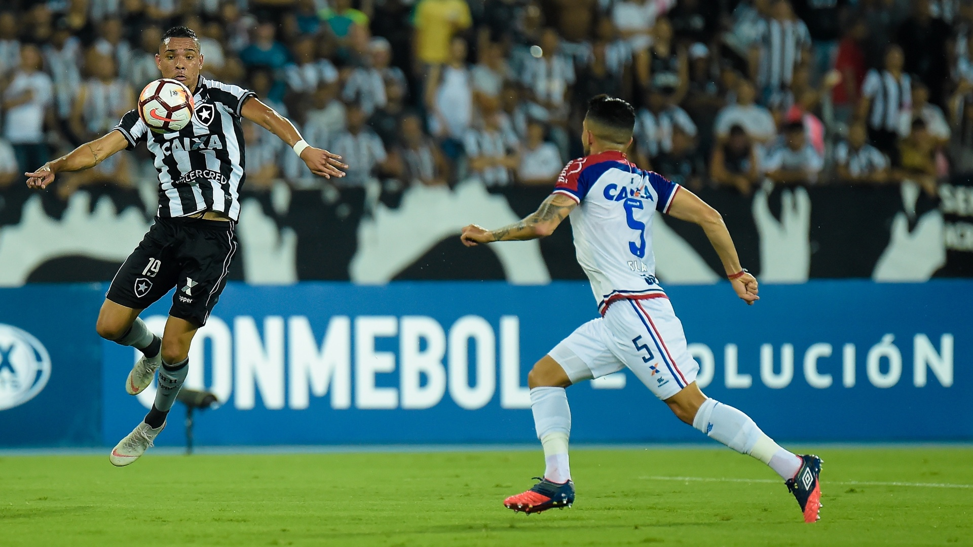 Luiz Fernando, jogador do Botafogo, domina bola durante partida contra o Bahia